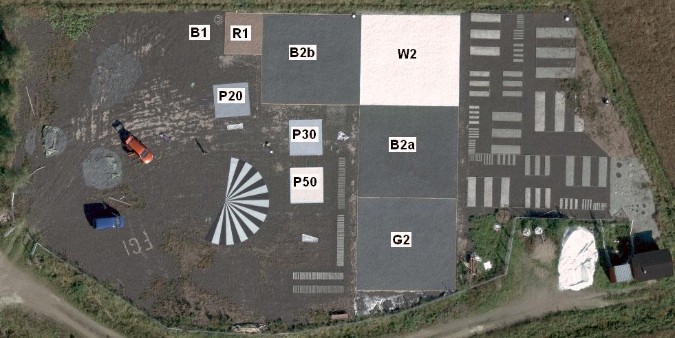 Radiometrisia ja erotuskykykohteita Sjökullan testikentällä. Kohteet B1, R1, B2a, B2b, G2 ja W2 ovat pysyviä sorakohteita. Siemenstähti ja reflektanssipressut (P20, P30, P50) ovat siirrettäviä kohteita.