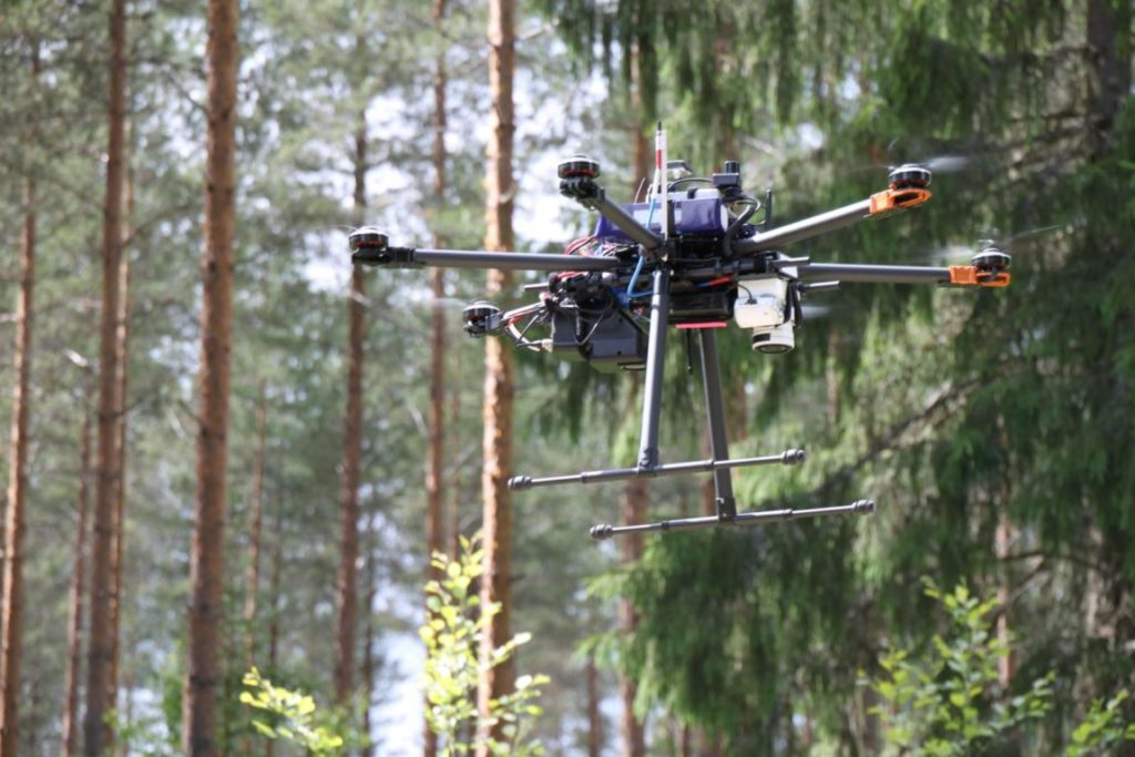 Drone lentää metsässä