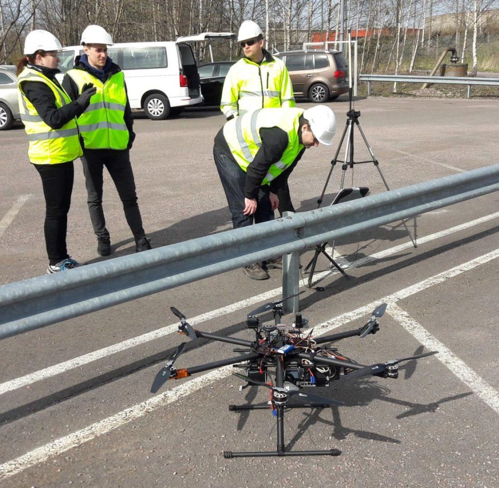 DroneFinland maastotiimi valmistautumassa kuvauslentoon