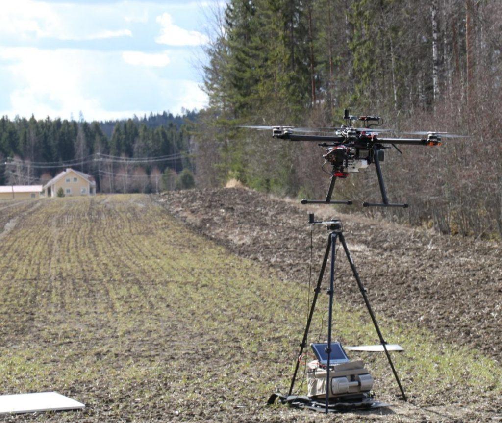 Lennokki kerää dataa keväisestä pellosta